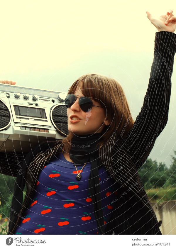 RADIO-AKTIV VIII Frau Stil Musik Sonnenbrille Industriegelände Jacke Beton stehen Hand Ghettoblaster Party Aktion Laune Gefühle Mensch Coolness Radio Landschaft