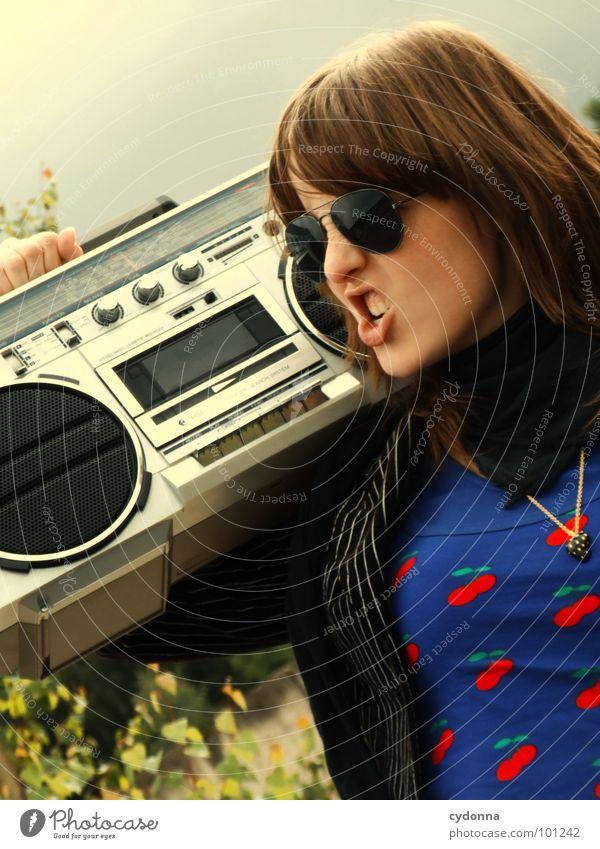 RADIO-AKTIV IX Frau Stil Musik Sonnenbrille Industriegelände Jacke Beton stehen Hand Ghettoblaster Party Aktion Laune Gefühle Mensch Coolness porn Radio