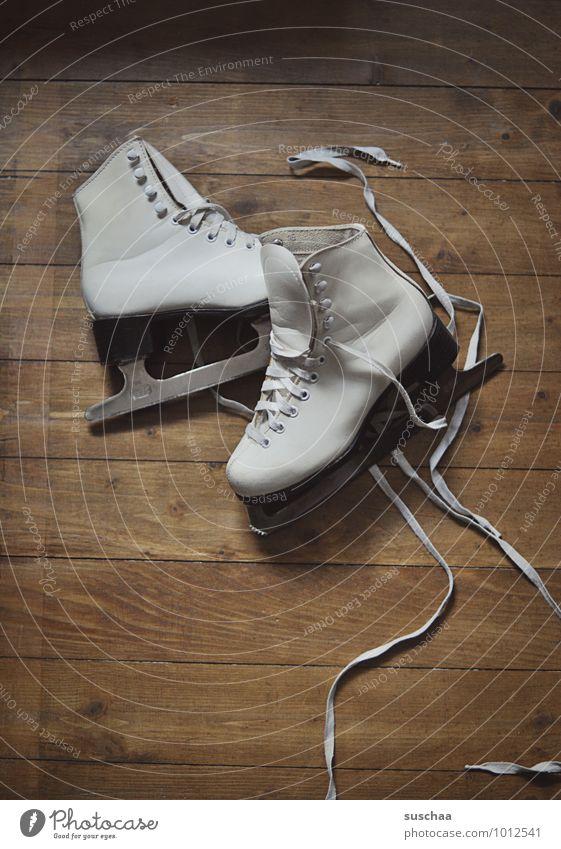 raus aufs eis ... Freizeit & Hobby Sport Wintersport Schlittschuhlaufen Holz Gesundheit Eiskunstlauf Schlittschuhe Kufe Schuhbänder Holzfußboden Farbfoto