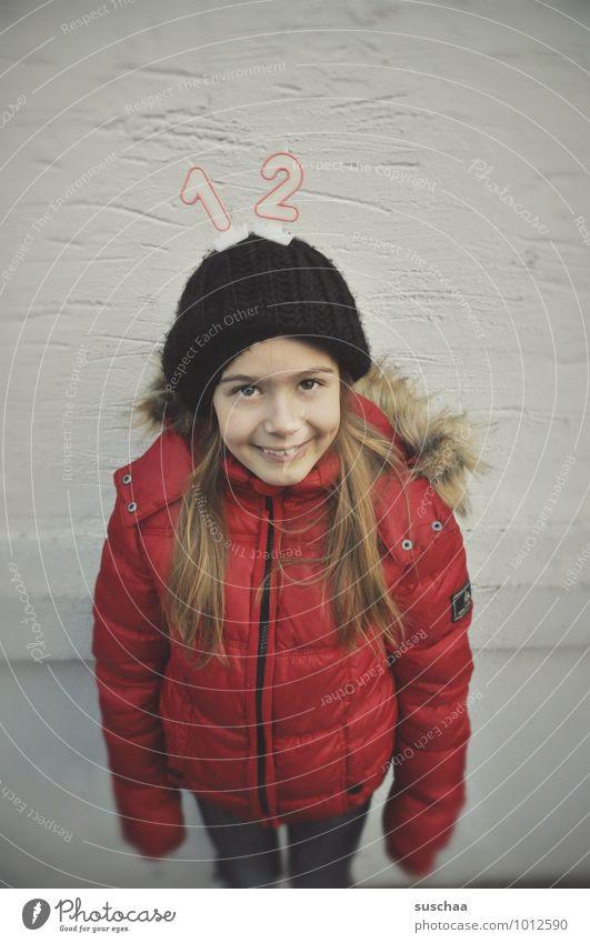 12 feminin Kind Mädchen Kindheit Körper Haut Kopf Haare & Frisuren Gesicht Auge Nase Mund Mensch 8-13 Jahre Winter rot Fröhlichkeit Freude Geburtstag