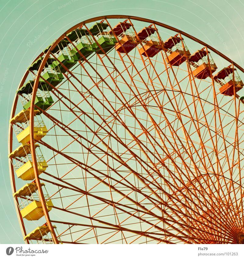 Rostalgie Himmel grün rot Freude gelb Farbe Metall hoch groß Macht Stahl drehen Jahrmarkt türkis Eisen Oktoberfest