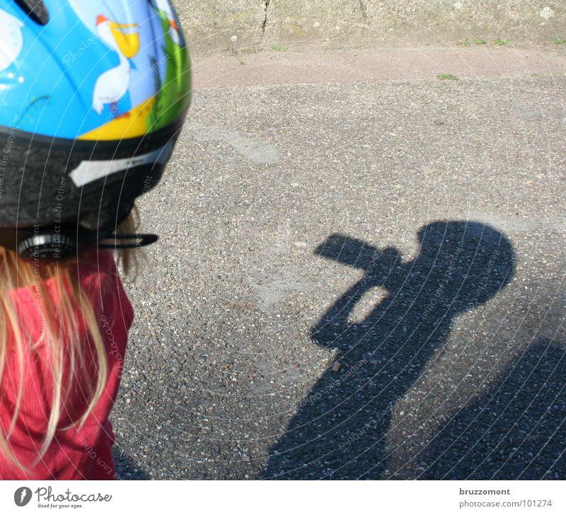 Limo Kind Mädchen Haare & Frisuren Wärme blond Getränk Pause trinken Asphalt Physik Flasche Erfrischung Helm Durst Limonade Schutzbekleidung