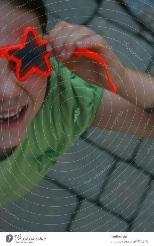 hey gugg doch mal Kind grün rot Freude lachen Stein Stern (Symbol) Brille grinsen
