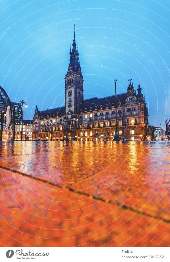 Hamburger Rathaus Wasser Wolken schlechtes Wetter Regen Stadt Hafenstadt Stadtzentrum Altstadt Menschenleer Platz Turm Bauwerk Gebäude Sehenswürdigkeit