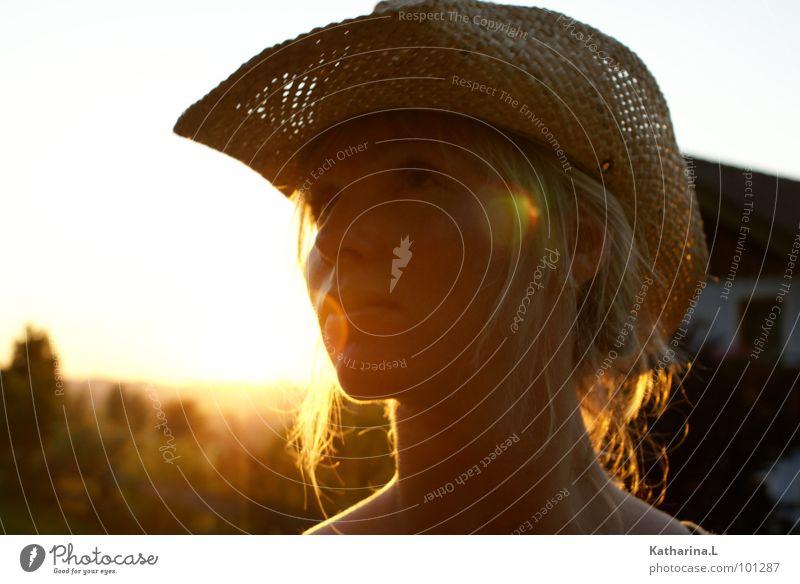 cowgirl Frau schön Sommer Einsamkeit Kopf Denken Wärme hell Beleuchtung blond Romantik Physik Hut Seite Cowboy verträumt
