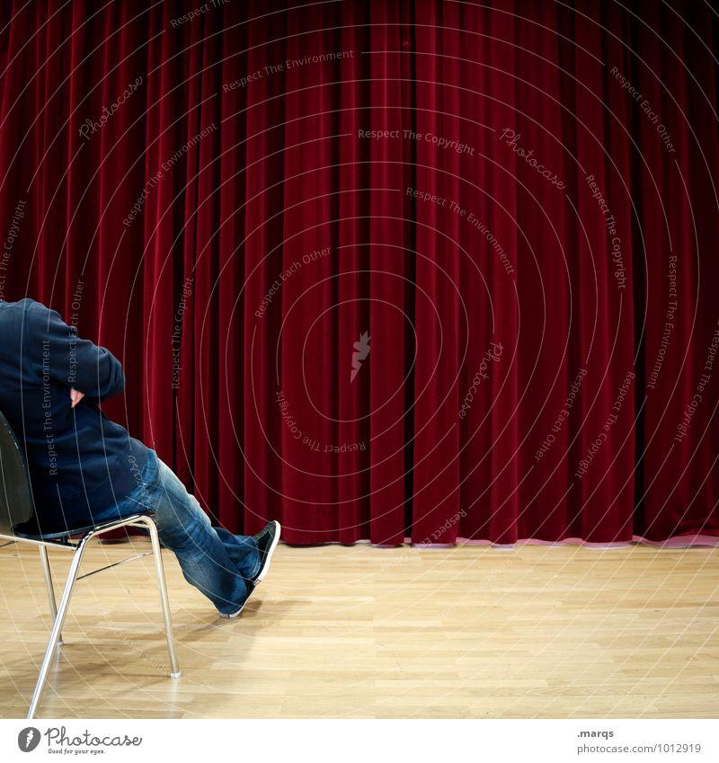Erwartungshaltung Mensch rot maskulin sitzen warten Zukunft Neugier Show Veranstaltung Vorfreude Vorhang Erwartung Kino Interesse