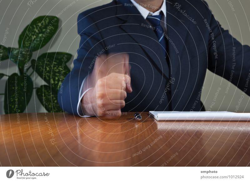 Mann legt seine Faust auf den Tisch Arbeit & Erwerbstätigkeit Beruf Büroarbeit Business Unternehmen Erfolg Sitzung Team Erwachsene Hand Hemd Anzug Krawatte