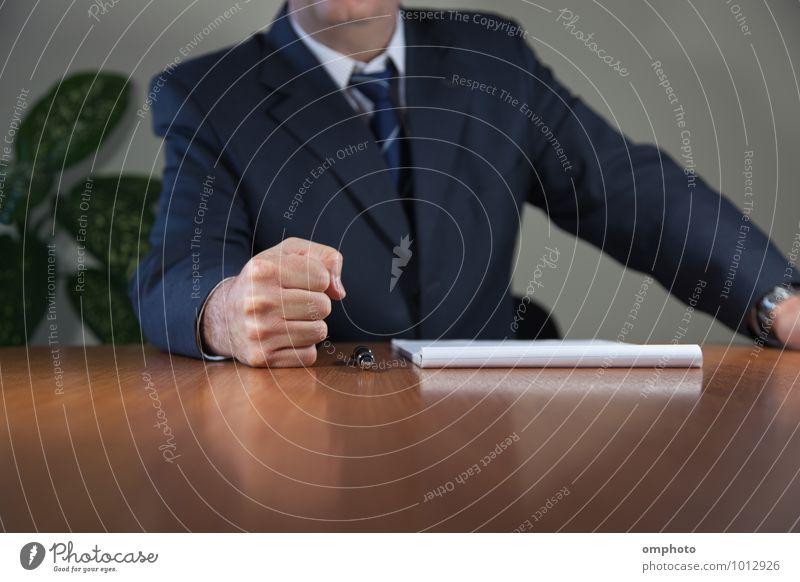 Mensch Mann Hand Erwachsene maskulin Büro 45-60 Jahre Tisch Papier Männlicher Senior Hemd Sitzung Gewalt Anzug Aggression Schreibstift