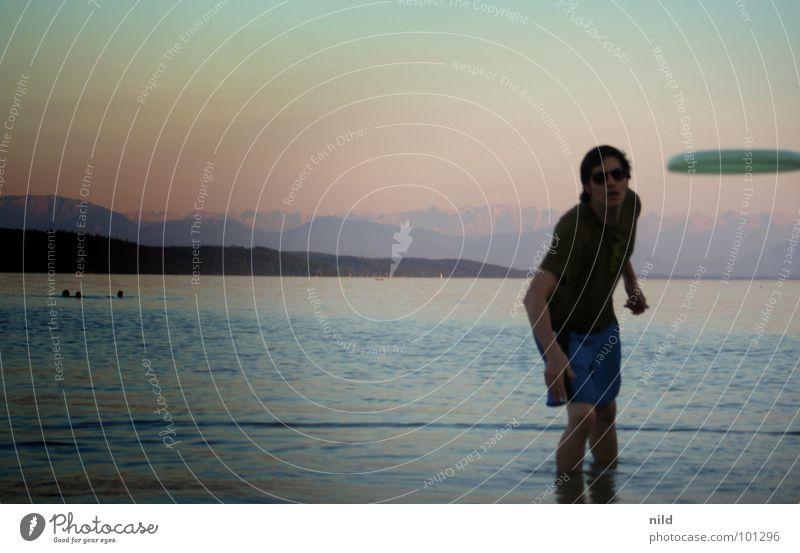 achtung Frisbee Sommer Strand Freude Spielen See Fensterscheibe werfen Sonnenbrille Treffer banal UFO Bergkette Farbverlauf Starnberger See