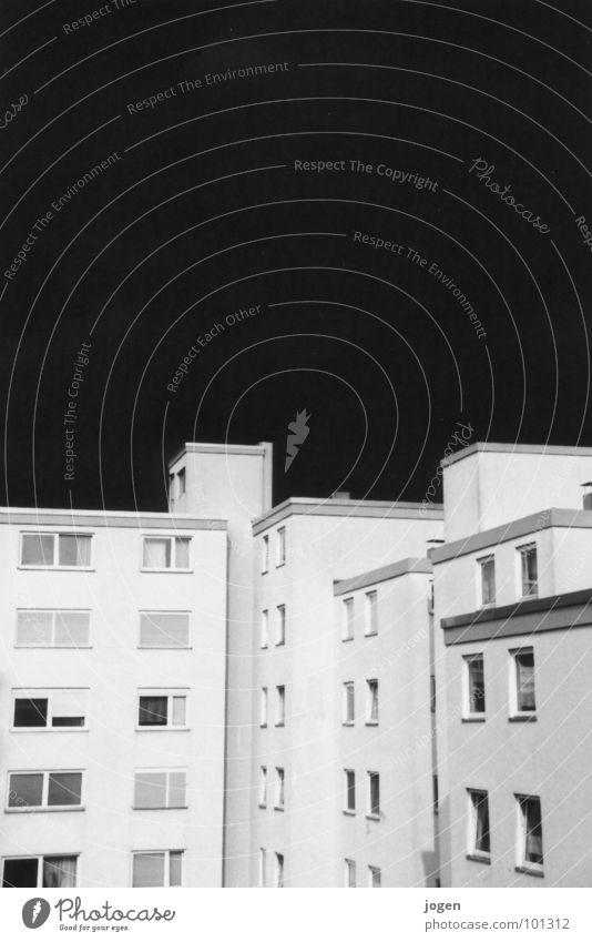 Träumst du in Farbe? Himmel Natur Farbe weiß Wolken Haus dunkel Fenster schwarz grau hell Energiewirtschaft Luft Angst Kraft Dach