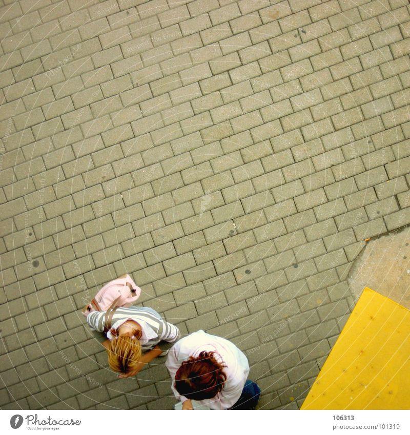 ONE WAY TICKET NACH BREMEN Automat bezahlen gelb rot rosa Mädchen Bremen Dresden fahren Tasche 2 Handtasche Frau Luft Vogelperspektive Bürgersteig Stadt