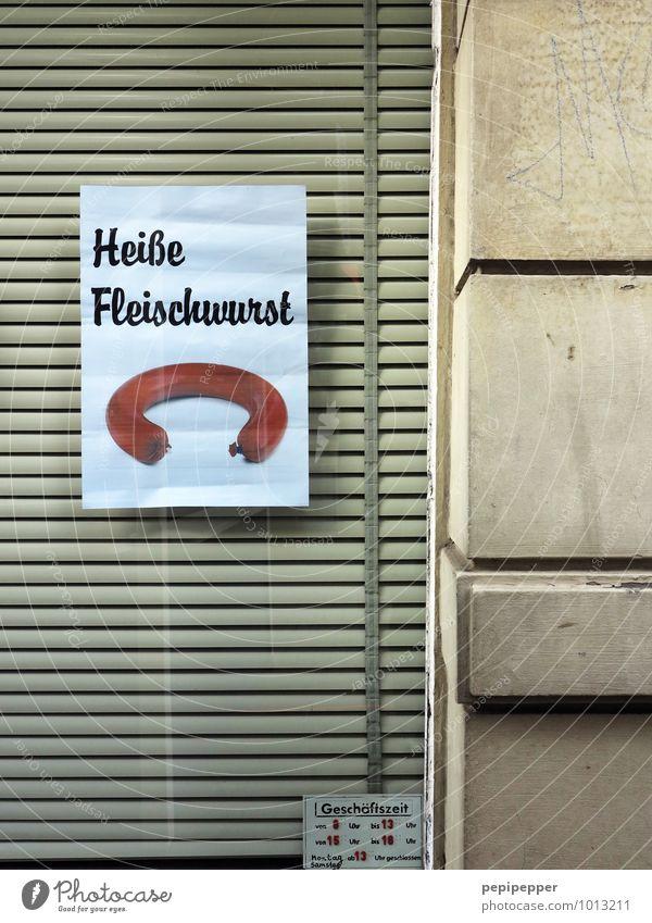 heißes Würstchen Lebensmittel Fleisch Wurstwaren Ernährung Mittagessen Fastfood Slowfood Metzger Metzgerei Handel Mauer Wand Fassade Fenster Stein Beton Glas