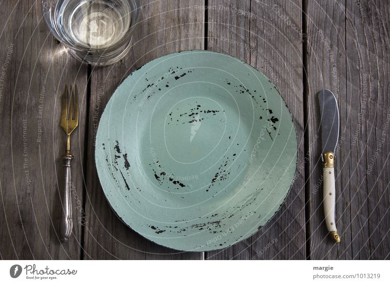 Fastenzeit, ein leerer Teller mit Messer und Gabel und ein Glas Wasser auf einem rustikalen Holztisch Ernährung Essen Frühstück Mittagessen Diät Getränk