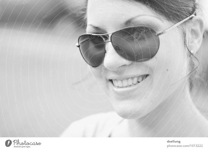 blasse Erinnerung Mensch feminin Junge Frau Jugendliche Kopf Gesicht 1 18-30 Jahre Erwachsene Sonnenbrille Erholung genießen Freundlichkeit Fröhlichkeit schön
