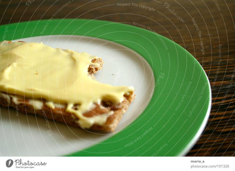 noch einen happen grün dunkel Holz hell leer Ernährung Tisch Kreis Streifen rund Teile u. Stücke trocken Appetit & Hunger Frühstück lecker Loch