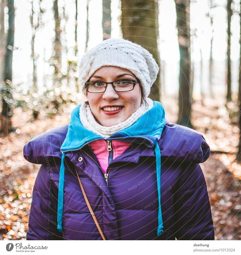 Frau warm gekleidet an einem kalten Tag Blick nach vorn Porträt Zentralperspektive Licht Außenaufnahme Farbfoto Zufriedenheit Wege & Pfade Gelassenheit schön