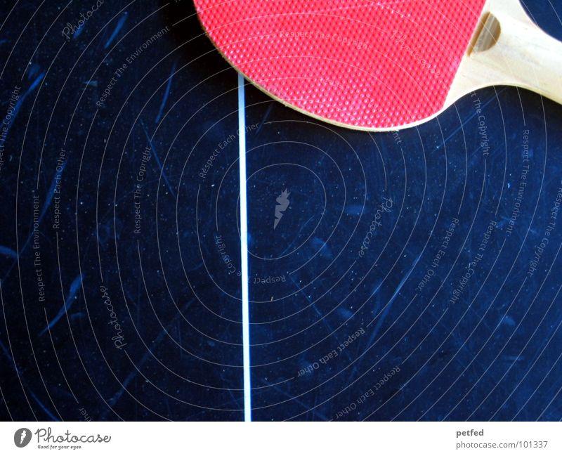 Nach dem Spiel ist vor dem Spiel I rot Sport Spielen Holz grau Freizeit & Hobby Streifen rund Bildausschnitt Anschnitt Tischtennis Tischtennisplatte Vor dunklem Hintergrund Feldlinie