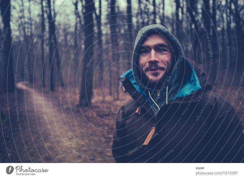 Ernst der Lage lächelt Mensch Natur Jugendliche Mann Baum Landschaft Freude Junger Mann 18-30 Jahre Winter Wald kalt Erwachsene Gesicht Herbst Gefühle