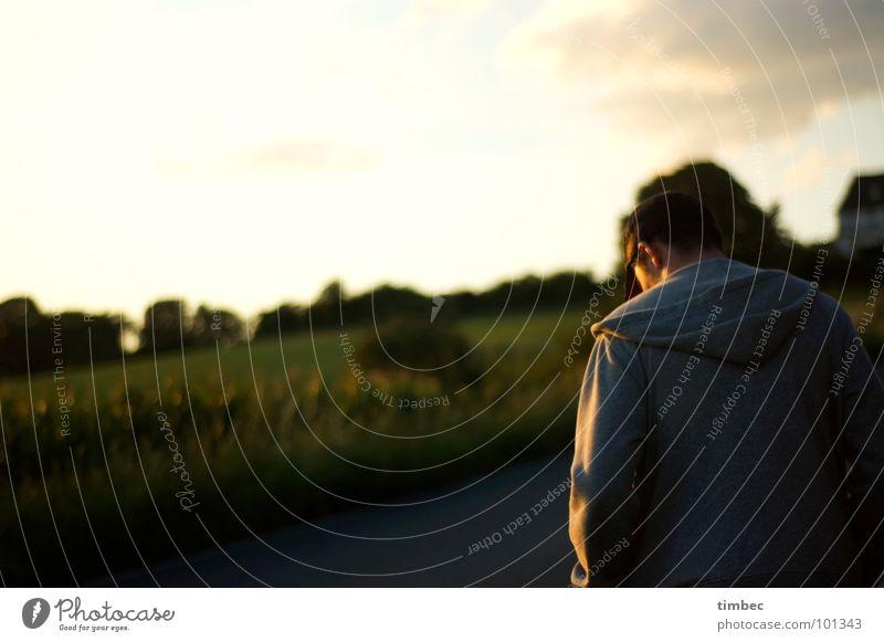 Marc Himmel Mann grün Sonne Wolken dunkel Wiese Traurigkeit gehen Rücken Feld laufen maskulin trist T-Shirt Ohr