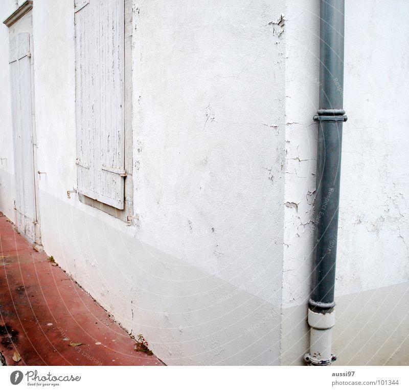 Polygon Haus Dreieck verbarrikadiert Fensterladen Hütte weiß Dachrinne Fallrohr verfallen Ecke Häuserwand Häuserecke Einsamkeit Regenrohr vernagelt