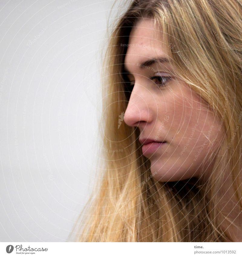 . Mensch Jugendliche schön Junge Frau ruhig Traurigkeit Gefühle feminin Denken Zeit träumen blond beobachten geheimnisvoll Trauer Gelassenheit