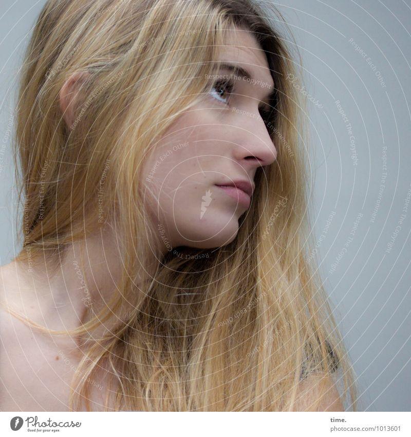 . feminin Junge Frau Jugendliche 1 Mensch blond langhaarig beobachten Denken Blick warten schön Wachsamkeit Neugier Interesse Sorge Müdigkeit Schüchternheit