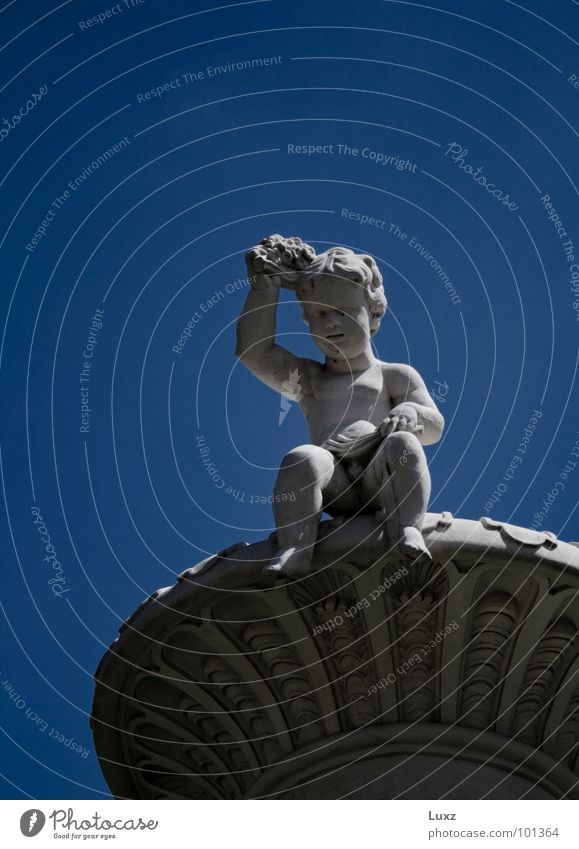 Ein kleiner Bub Kind blau Junge Denkmal Wahrzeichen Skulptur Barock Marmor