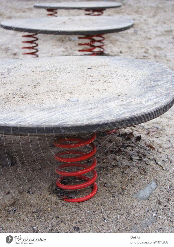 à la lune Freizeit & Hobby Kinderspiel Sand Spielplatz Holz Metall Metallfeder rot Einsamkeit Spirale Sprungbrett leer Holzbrett Farbfoto Gedeckte Farben