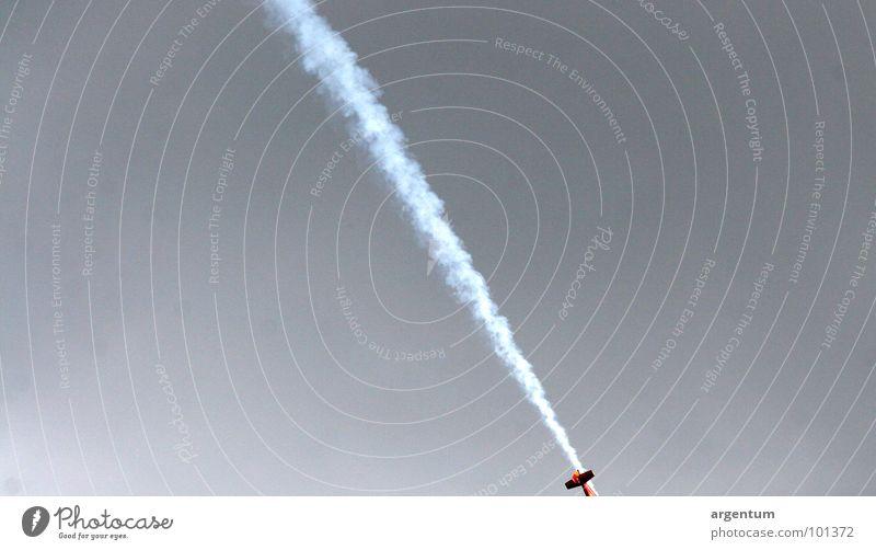 luftfahrt Flugzeug Luft Verkehr gefährlich Absturz Unfall Desaster unsicher Sicherheit Luftverkehr Angst Panik Vergänglichkeit Himmel bedrohlich Rauch Airshow