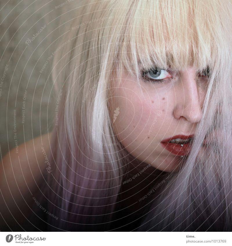 Lilly Raum feminin Junge Frau Jugendliche 1 Mensch Piercing Haare & Frisuren blond langhaarig Pony beobachten Blick warten Erotik schön wild Gefühle Coolness