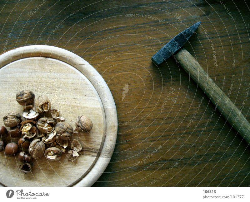 THE GERMAN NUSSKNACKER Lebensmittel Ernährung Schalen & Schüsseln Tisch Energiewirtschaft Werkzeug Hammer Holz Kraft Gewalt Nuss brechen Haselnuss zerschlagen