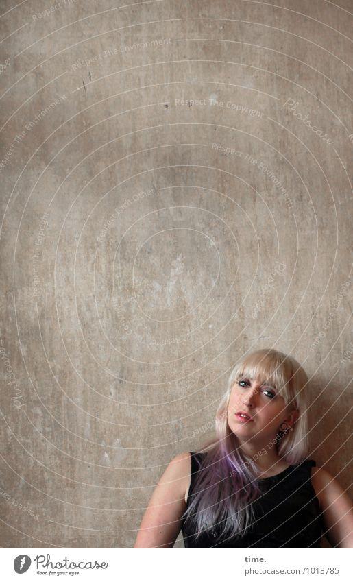 . Raum feminin Junge Frau Jugendliche 1 Mensch Mauer Wand Kleid Piercing blond langhaarig Pony beobachten Blick warten schön selbstbewußt Coolness Willensstärke