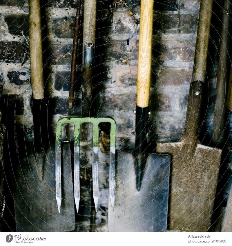 Geräteschuppen Spaten Schaufel Graben Feldarbeit Gartenarbeit Forke Backstein Mauer Wand Kammer Werkzeug Arbeit & Erwerbstätigkeit Handwerk körperliche Arbeit