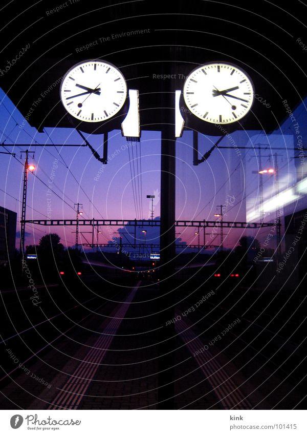 Train Station Clock rot Stimmung warten Zeit Eisenbahn Perspektive Uhr violett Gleise Bahnhof Fluchtpunkt
