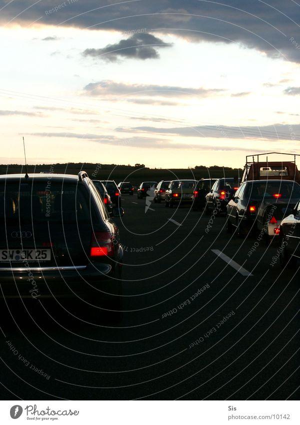 Traffic Jam dunkel PKW warten Verkehr Autobahn Gewitter Warteschlange Verkehrsstau Rücklicht