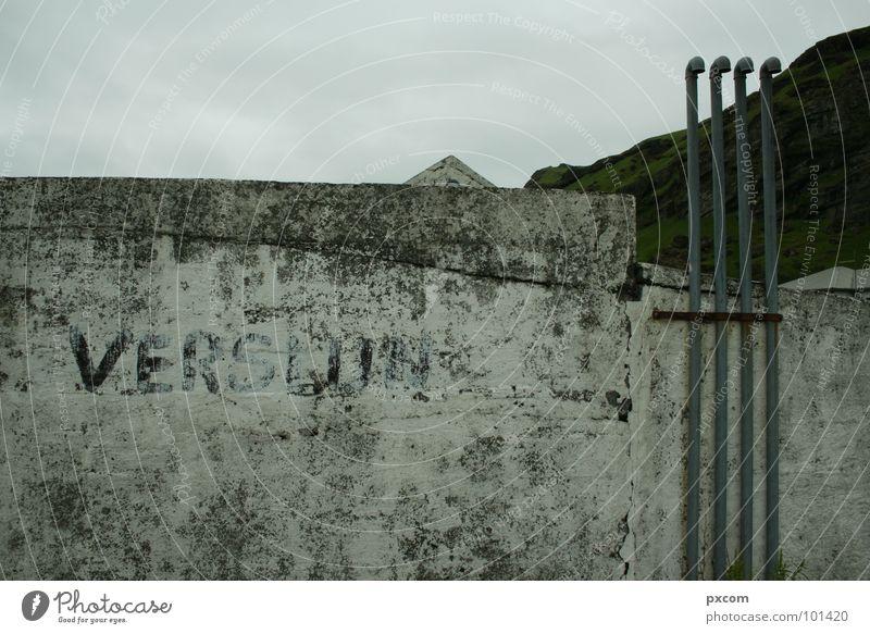 Iceland 2007 Himmel Haus grau Mauer Spitze verfallen Röhren Island