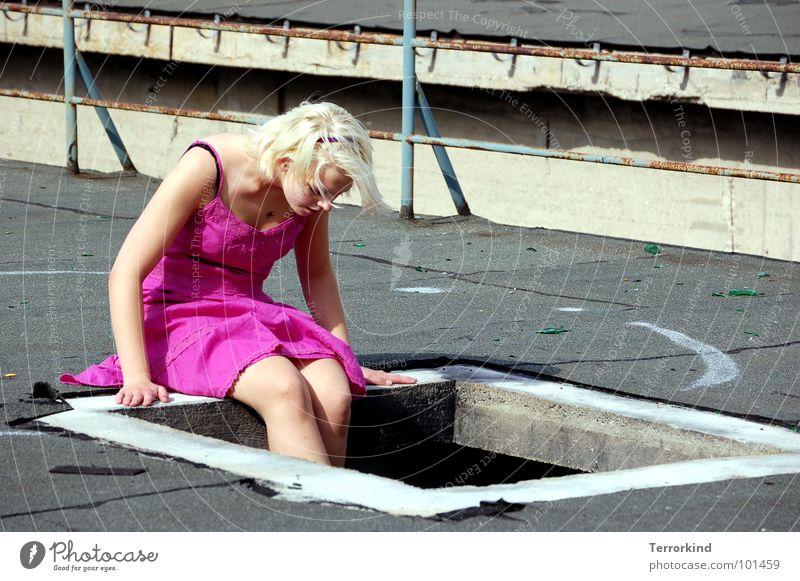 Kindliche.Begeisterung rosa Kleid Fenster Quadrat Rechteck Ecke abstützen Hand interessant Neugier Dach Hannover Aussicht blond falsch Denken Blick Frau feminin