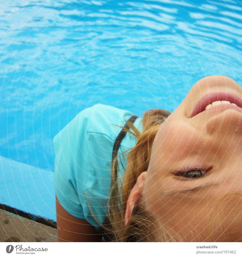 Janina am Pool Kind Jugendliche Wasser blau Freude Gesicht Auge kalt Mund Nase Zähne Schwimmbad T-Shirt Ohr Sport