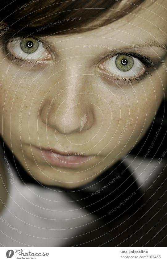 untitled Schminke Junge Frau Jugendliche Erwachsene Auge Mund grün Sommersprossen fixieren Kreis Porträt Blick Blick in die Kamera Haut Gesicht brünett
