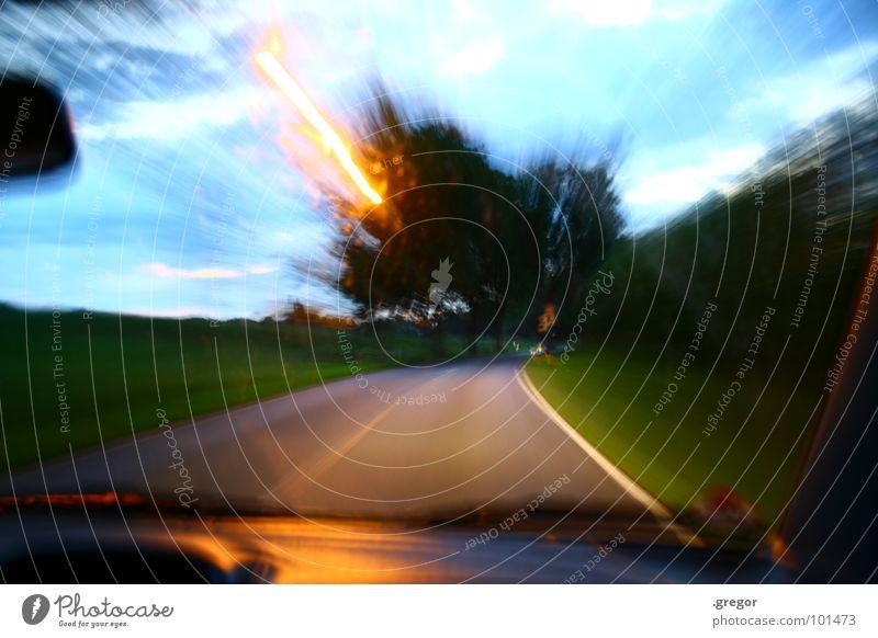 Fahr langsamer! Fahrer fahren Raser laufen Geschwindigkeit Tunnelblick Allee Kraft Langzeitbelichtung Freude PKW Straße Rasen pesen Eile Alkoholisiert