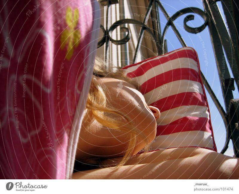 naptime Frau schlafen Siesta Balkon träumen Kissen Geländer terasse marue Schatten Sonne Wärme