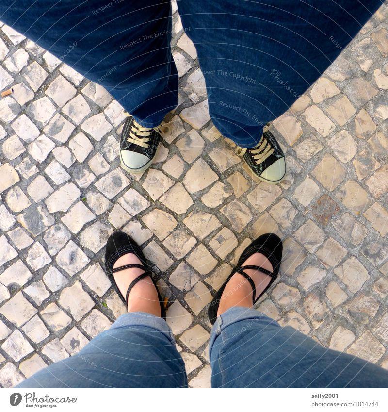 Gegenüberstellung im Quadrat... Mensch Beine Fuß 2 Jeanshose Turnschuh Ballerina Sommerschuh beobachten sprechen stehen Zusammensein trendy nah unten blau