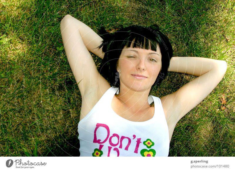 Lisa relaxed Wiese Erholung Zwinkern Gras Sonnenstrahlen grün mehrfarbig Sommer Frühling Physik ruhig Freude Frau Wärme Außenaufnahme