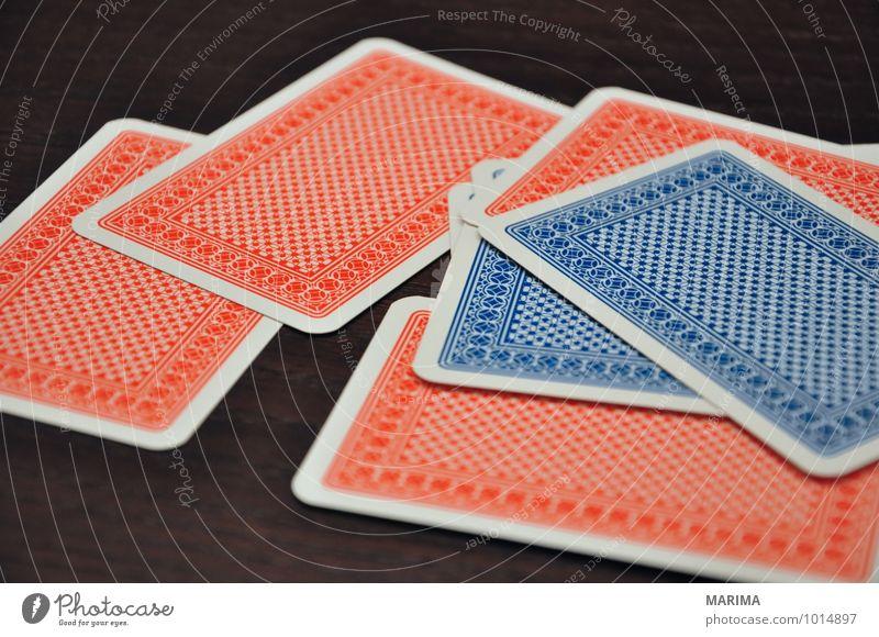 Detail of classic rummy cards blau rot Blatt Freude schwarz Spielen Holz Wachsamkeit Stapel gebraucht Poker Glücksspiel Kartenspiel