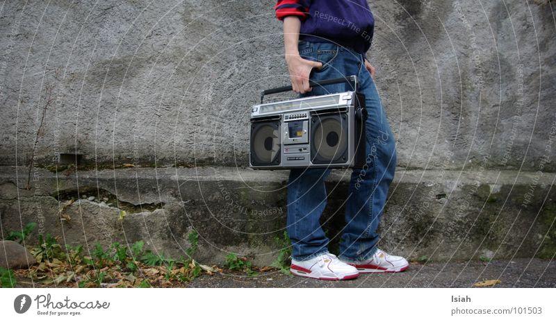 koffer packen Ghettoblaster Koffer old-school Hiphop Sprechgesang dunkel kalt Konzert Musik tragen gestern yesterdaybeine dj premier loud and clear