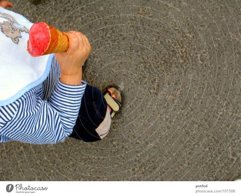 Mein Eis I Waffel Kind Hand Schuhe rot Lätzchen stehen Freizeit & Hobby grau weiß lutschen kalt Kleinkind Mensch festhalten Ernährung Straße Fuß Bündel laufen