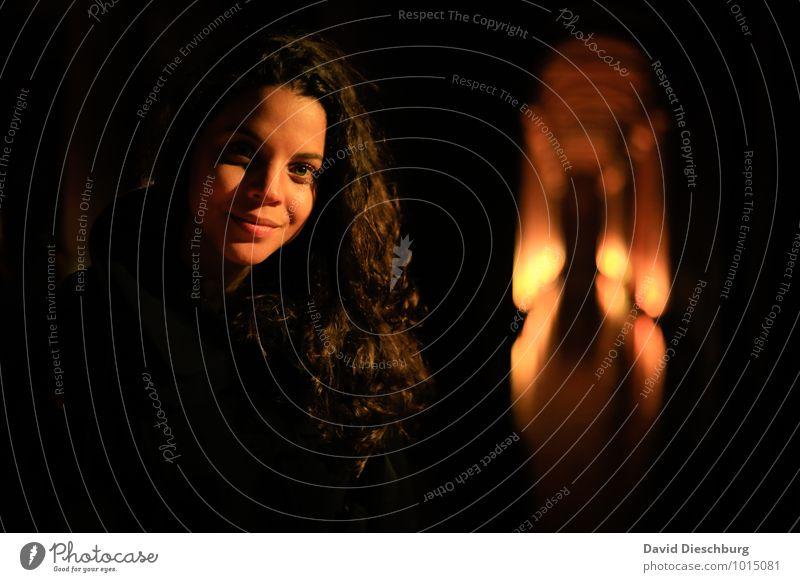 Licht im dunkeln II Mensch Jugendliche schön Junge Frau 18-30 Jahre schwarz dunkel gelb Erwachsene Gesicht Beleuchtung feminin Haare & Frisuren braun Kopf Freundschaft
