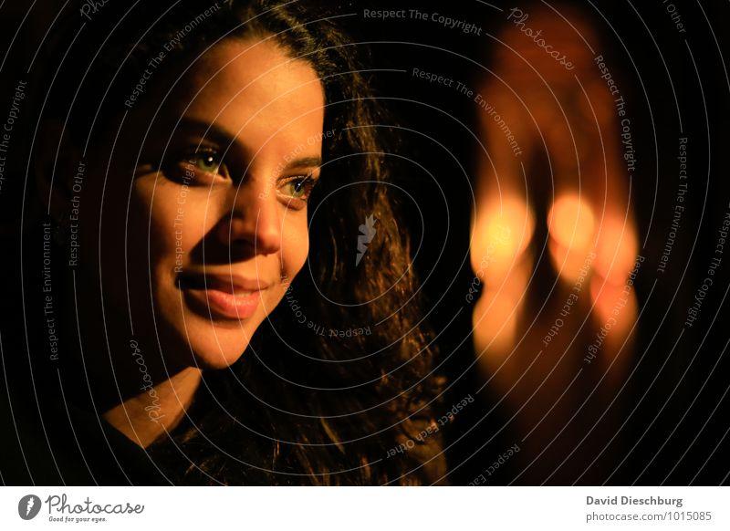 Licht im dunkeln Mensch Jugendliche schön Junge Frau 18-30 Jahre schwarz dunkel gelb Erwachsene Gesicht Auge Leben feminin Glück Haare & Frisuren braun