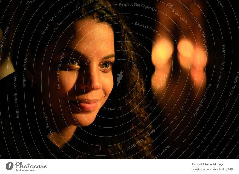 Träumerei feminin Junge Frau Jugendliche Erwachsene Gesicht 1 Mensch 18-30 Jahre Haare & Frisuren schwarzhaarig brünett langhaarig Locken braun gelb