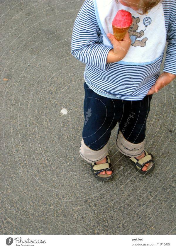 Mein Eis II Mensch Kind Hand weiß blau rot Ernährung Straße kalt grau Fuß Schuhe Essen laufen stehen